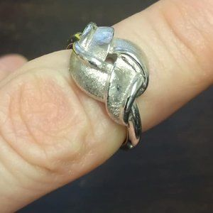 Avon French Twist KnoT Twisted Ribbon Ring to 7.5